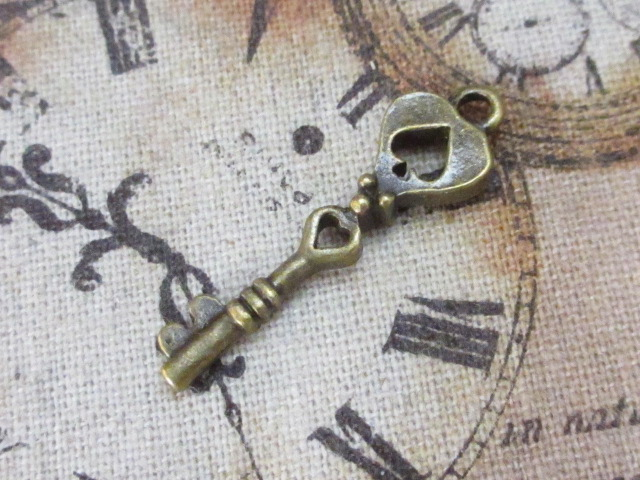 画像1: チャーム/トランプの鍵【スペード】/真鍮古美 (1)
