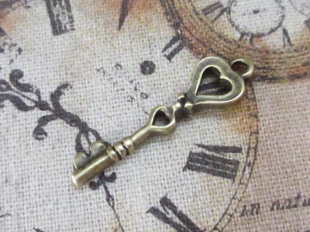 画像1: チャーム/トランプの鍵【ハート】/真鍮古美 (1)