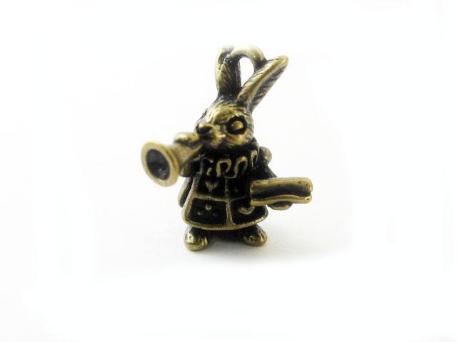 画像1: チャーム/立体ラッパウサギ/真鍮古美 (1)