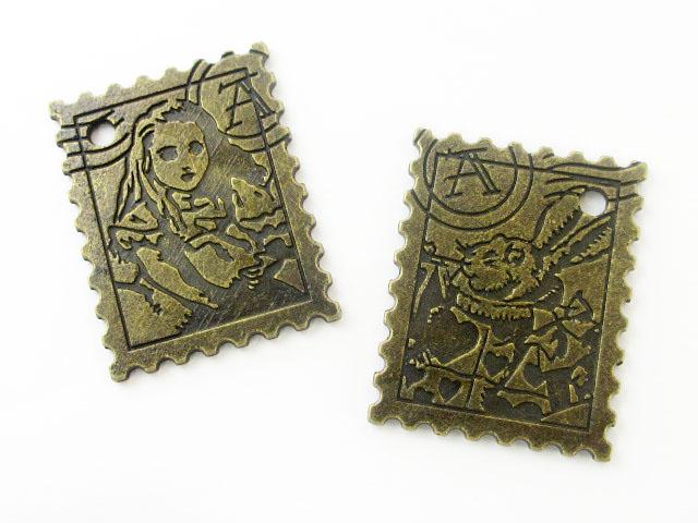 画像1: チャーム/アリスと白ウサギの切手/真鍮古美 (1)