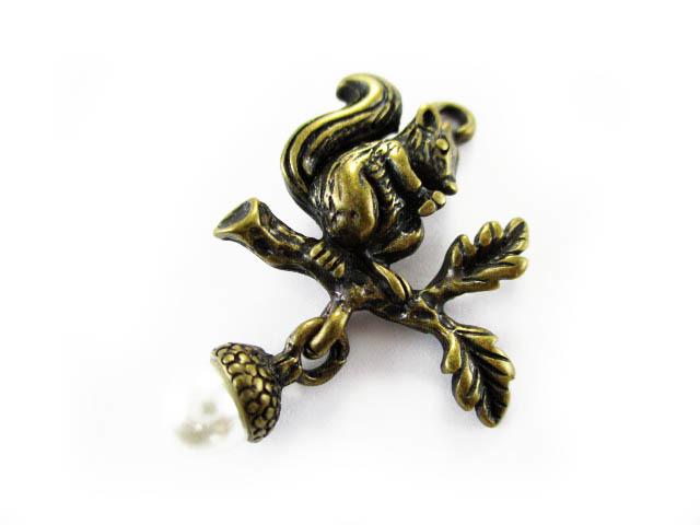 画像1: 【高品質】装飾チャーム/リスとパールのドングリ/真鍮古美 (1)