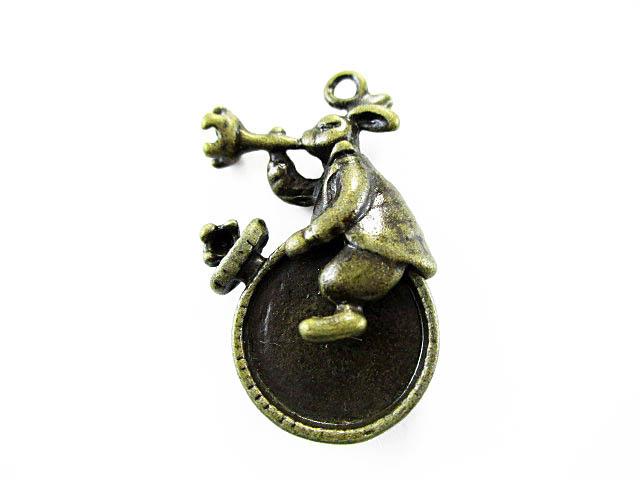 画像1: チャーム/時計に乗ったウサギ/真鍮古美 (1)